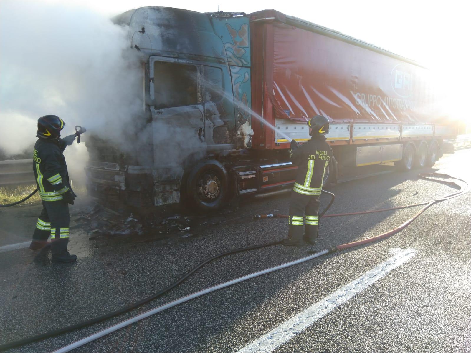 Camion a fuoco sull'autostrada A25 (foto)