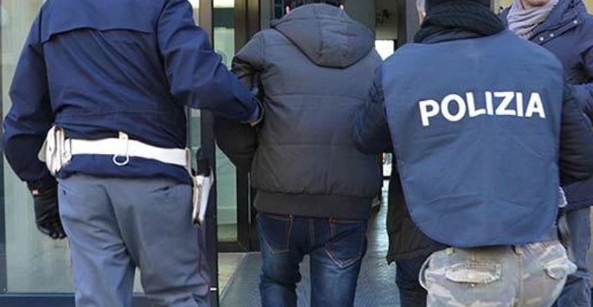 Autostrada A.24, sorpreso con documenti falsi. Arrestato cittadino kosovaro e denunciato a piede libero un connazionale per favoreggiamento
