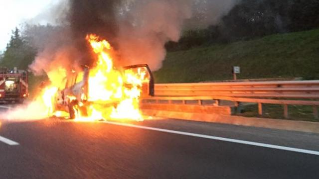 Auto in fiamme sulla A25
