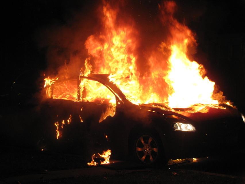 Ancora un'auto in fiamme nella notte