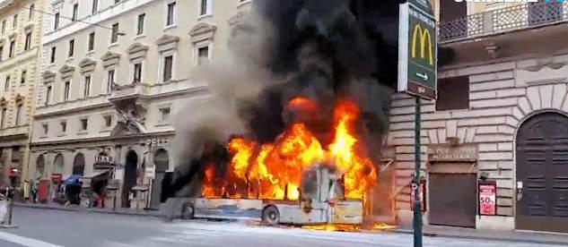 Bus in fiamme a Roma, nessun ferito grazie all'autista che ha fatto scendere tutti