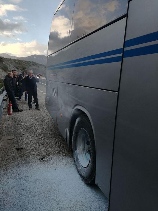 Prende fuoco uno pneumatico, bus fermo sull'autostrada per un'ora