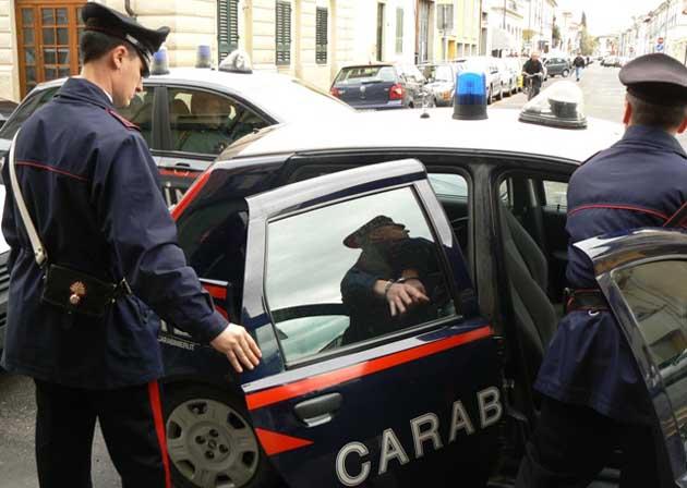 Picchia la moglie e poi aggredisce anche i Carabinieri intervenuti per sedare la lite familiare