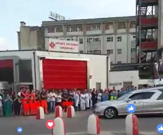 Il suono delle sirene delle ambulanze e un lungo applauso hanno salutato per l'ultima volta il dottor Cardilli