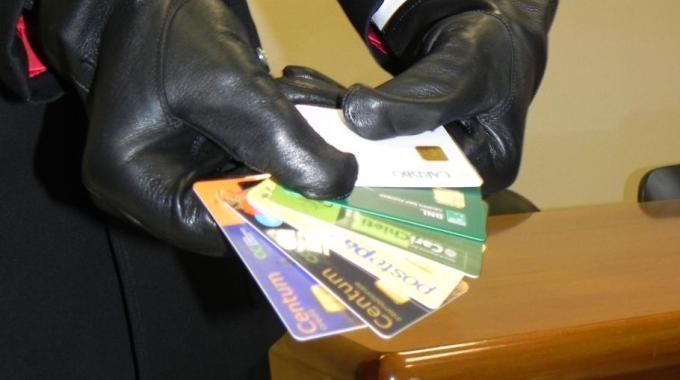 Clonano una carta di credito e spendono mille euro con le scommesse on line. Denunciati in tre