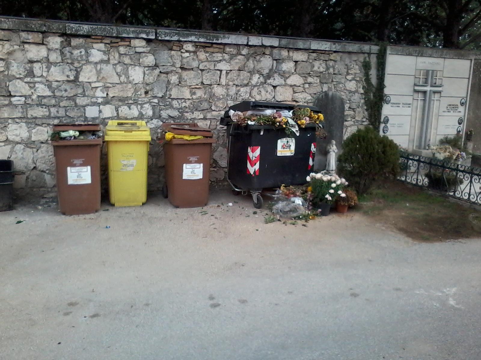 """LA SEGNALAZIONE/Cimitero di Avezzano, secchi stracolmi. """"E' uno scempio"""""""