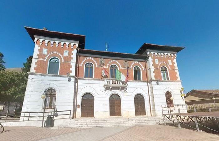 Massa d'Albe, il consiglio vota per la compatibilità del sindaco Porrini