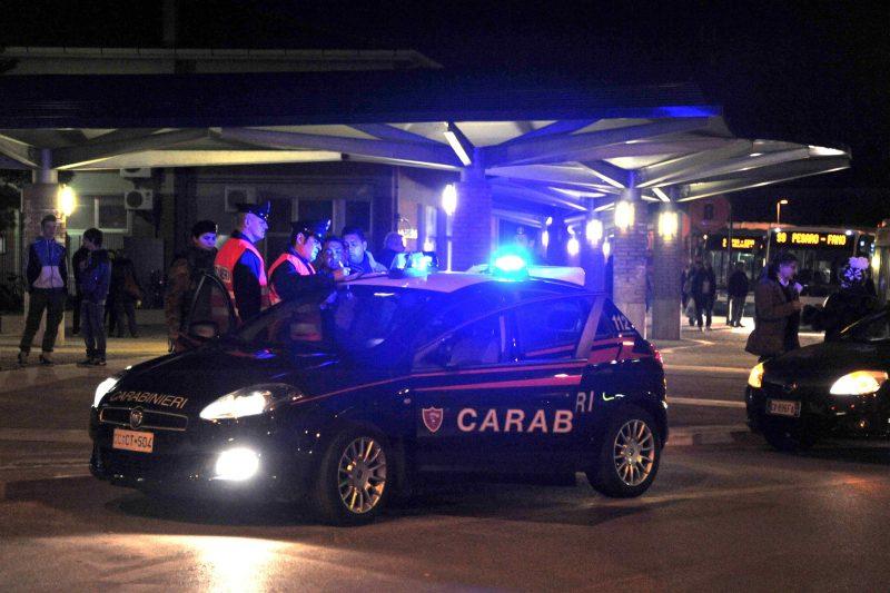 Rubano un'auto e si ribaltano per sfuggire ai Carabinieri: un arresto