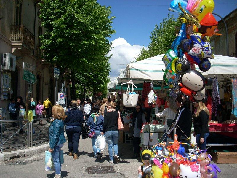 Torna il tradizione appuntamento della Fiera del 25 Aprile. Le strade chiuse al transito e i divieti di sosta. Vietata in centro la vendita di bottiglie di vetro e lattine