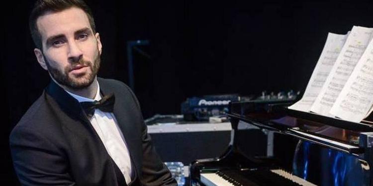 Il direttore Jacopo Sipari sul podio di una delle orchestre più importanti al mondo