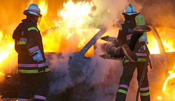 Auto in fiamme mentre è in marcia, salve tre persone