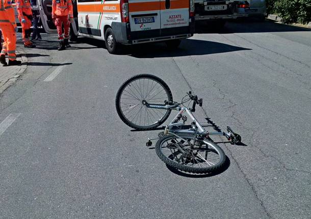 Ciclista investito da un furgone