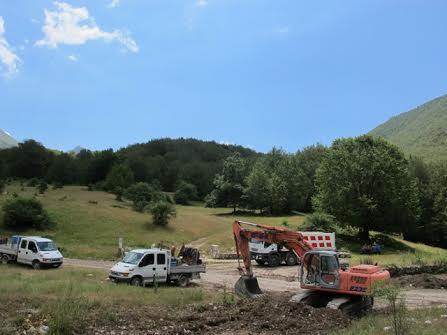 """In corso i lavori per asfaltare la strada dei Prati d'Angro in Vallelonga, """"Salviamo l'Orso"""" presenta esposto"""