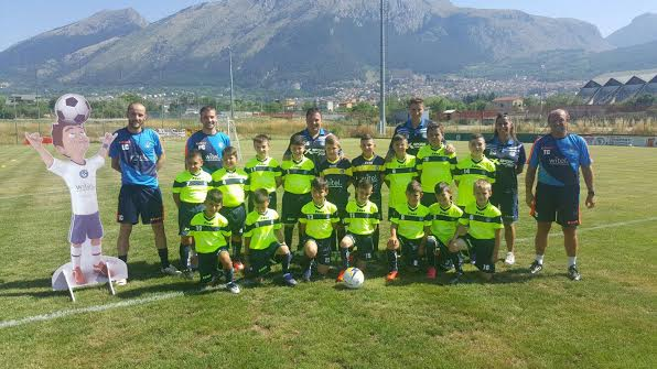L'estate ha il gusto del calcio: 18 bambini scelgono lo sport all'aria aperta per combattere le corse in città