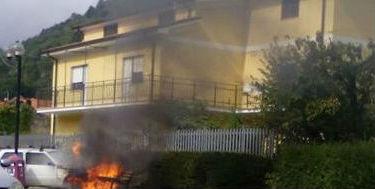 Capistrello, auto in fiamme in pieno centro abitato