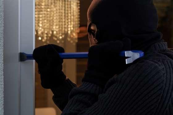 Esce di casa per poco più di un'ora, ladri forzano finestra e la derubano