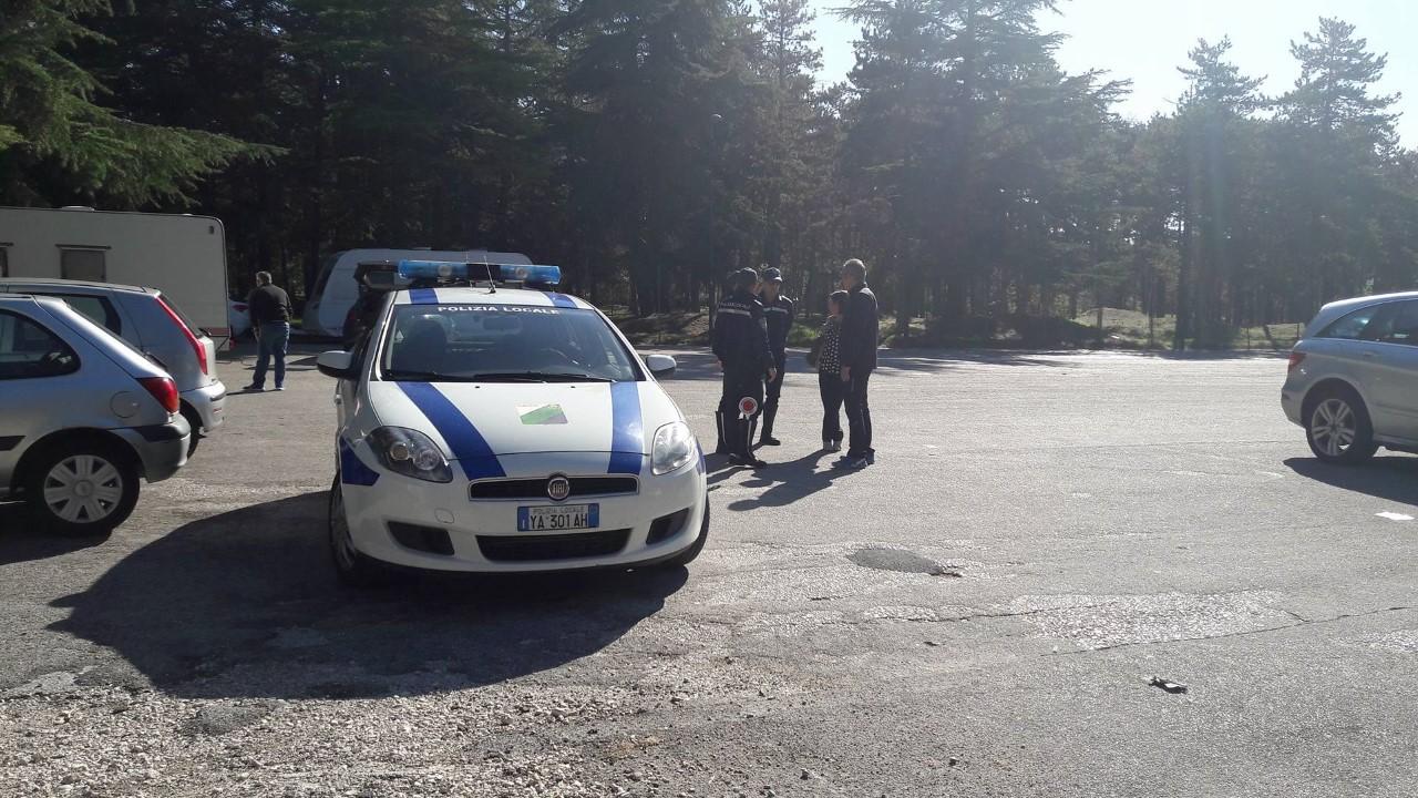 Roulotte alla Pineta, la polizia locale allontana persone già raggiunte da Daspo