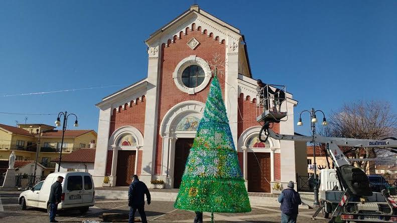 Albero di Natale all'insegna del riciclo a Collarmele