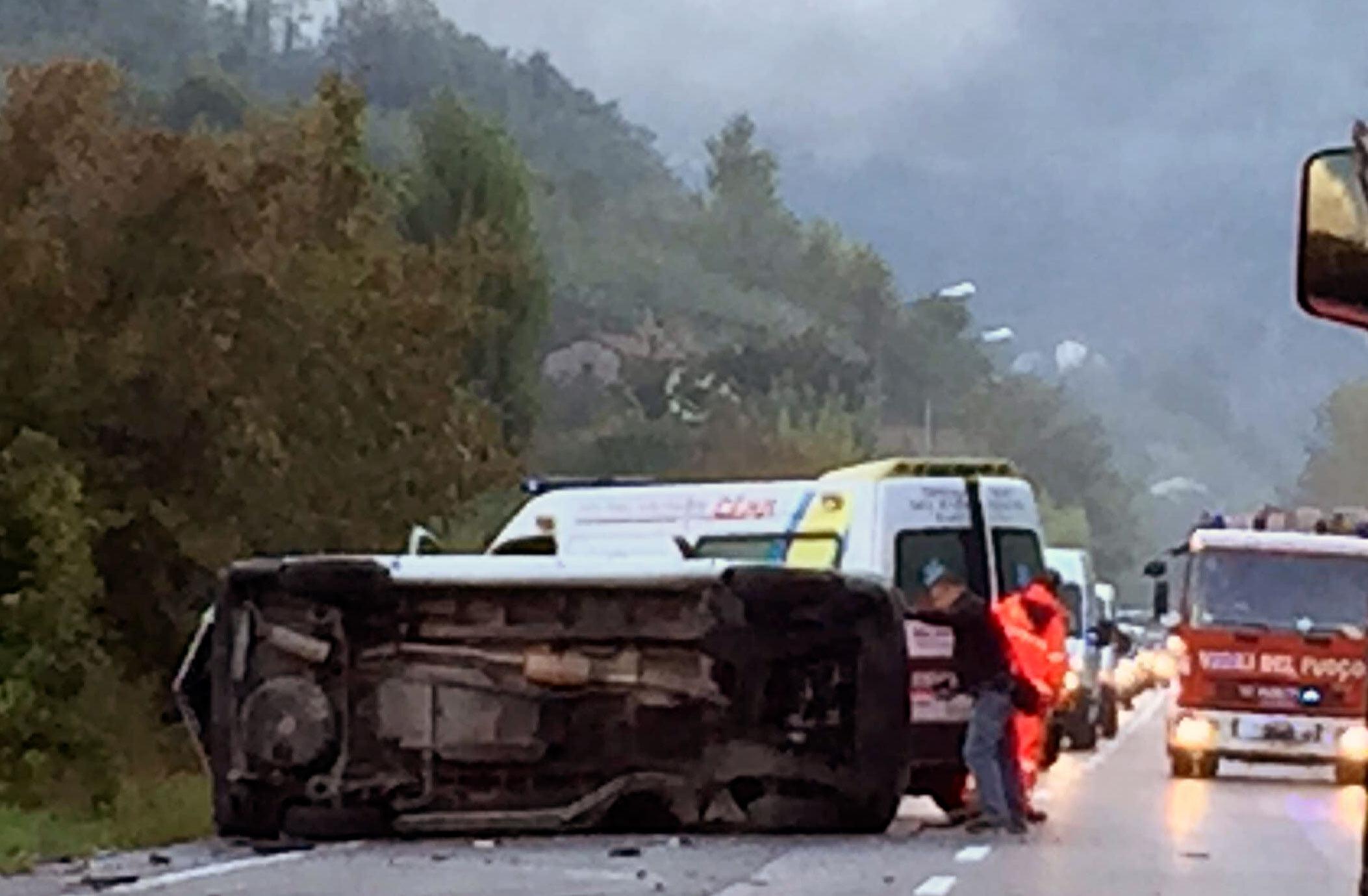 Resta incastrato nel furgone che si è ribaltato sulla superstrada, liberato dal Vigili del Fuoco