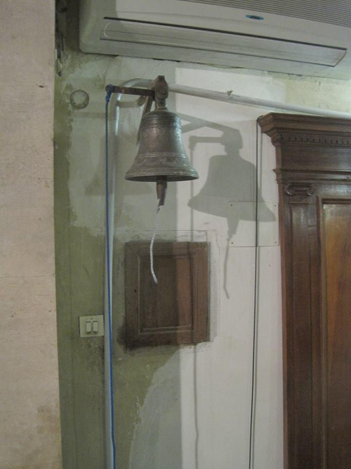 """Il ladro """"pentito"""" riporta nella Concattedrale di Pescina la campanella del Canonico. L'ha trovata il sacerdote fuori la sagrestia"""