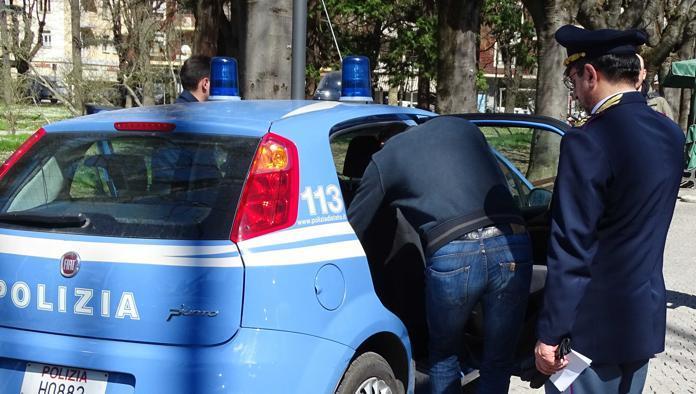Aggredisce gli agenti e tenta la fuga, arrestato