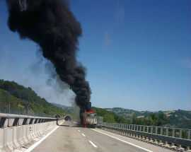 Tir a fuoco sulla A24: chiusa l'autostrada