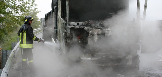 Camion in fiamme sulla A24