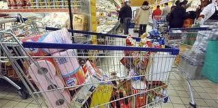 Tenta di allontanarsi dal supermercato con il carrello pieno di merce non pagata, ma trova i carabinieri, arrestato 55enne