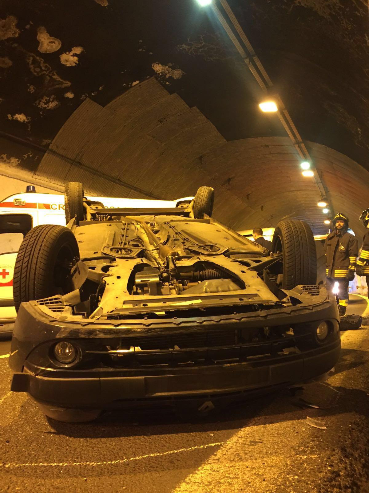 Auto si ribalta sulla A24: un ferito