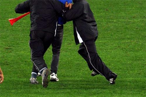 Invade il campo di calcio e si dirige verso l'arbitro, denuncia e daspo per un tifoso marsicano