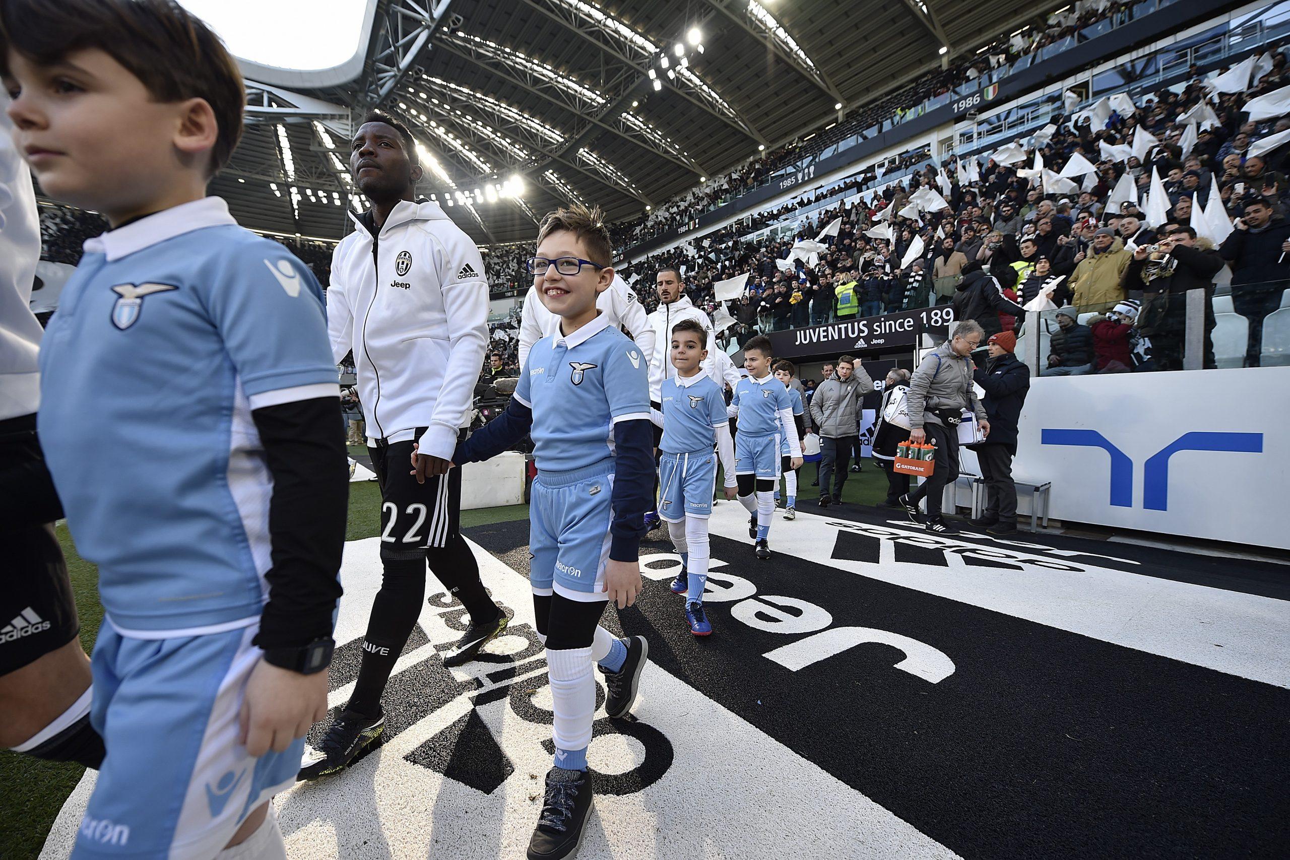 In campo mano nella mano con Asamoah. L'emozione di un piccolo cuore bianconero vince a Torino