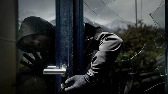 Celano, furto a casa del sindaco Santilli, la caccia al ladro corre sul web