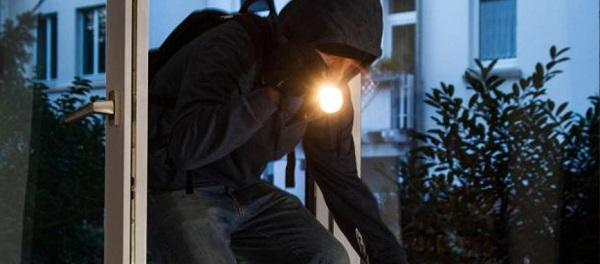 Raffica di furti nella notte, criminali acrobati in azione