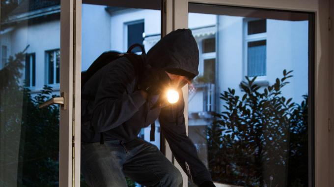 Blitz dei ladri, l'allarme corre sui social