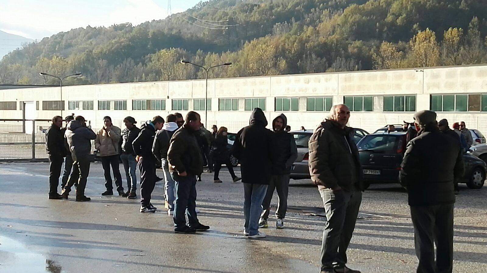 """Gli ex lavoratori della Santa Croce a Colella: """"Dacci quello che ci spetta e ognuno per la sua strada"""""""