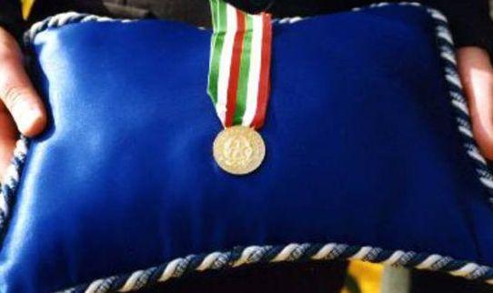Medaglia d'oro al brigadiere Seritti per aver salvato dalle macerie cinque persone