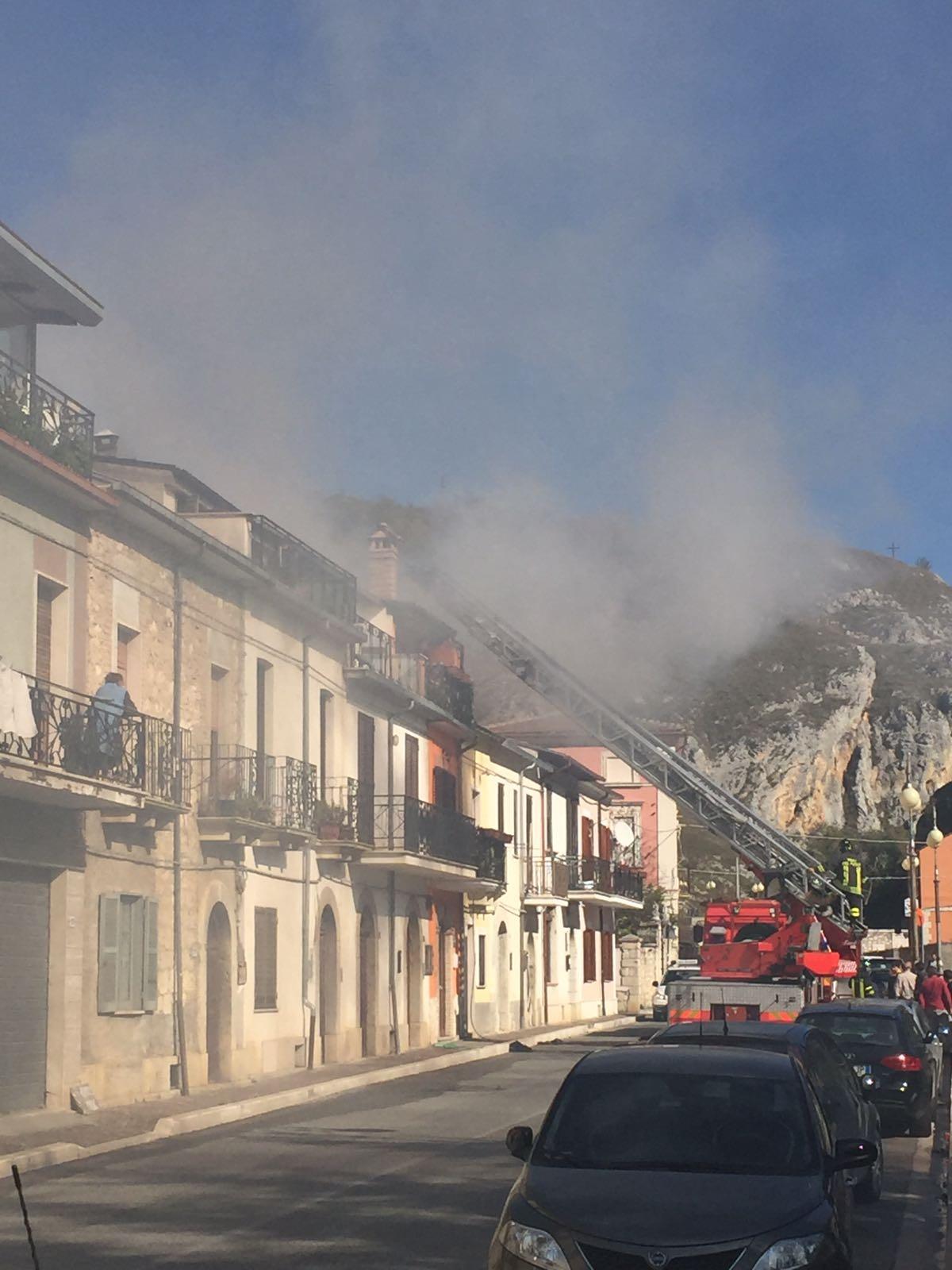 Incidente con la fiamma ossidrica, brucia un tetto a Pescina