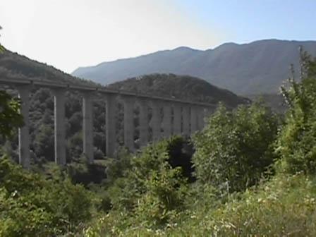 Incendio minaccia l'autostrada, chiuso il tratto di Carsoli