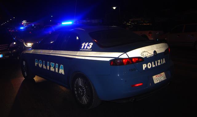 Fuggono dalla polizia e si schiantano con l'auto. Due denunce