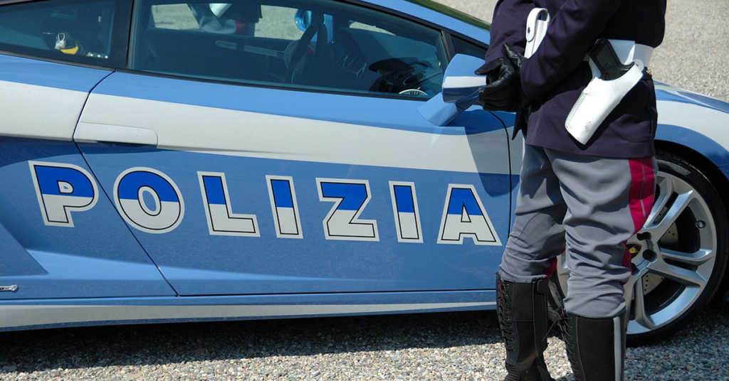Sperona l'auto della Polizia e fugge: denunciato