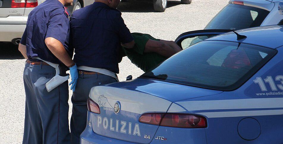 polizia-arresto-della-volante_0|polizia-car-12