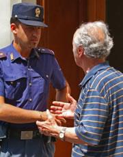 Anziani soli durante le vacanze, la polizia avverte: Attenti alle truffe