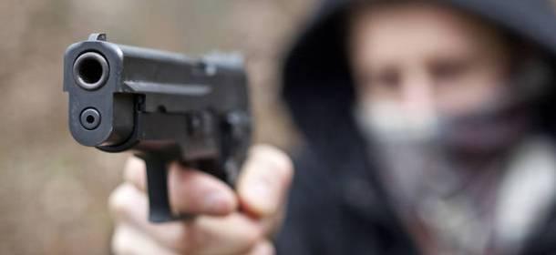 Rapina a mano armata al tabaccaio, tre banditi in fuga