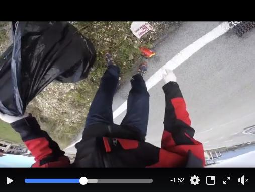 Un cittadino raccoglie i rifiuti lasciati dai clienti del McDonald's di Avezzano (VIDEO)