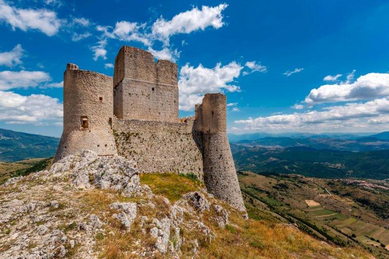 Il castello di Rocca Calascio selezionato per un articolo da un noto mensile americano