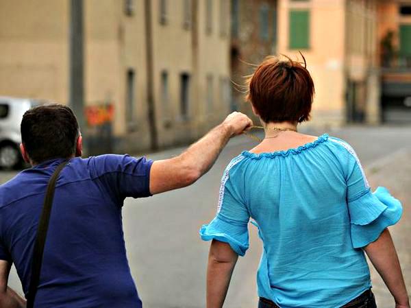 Torna da un funerale e viene seguita e rapinata, i due malviventi ripresi dalle telecamere del Comune