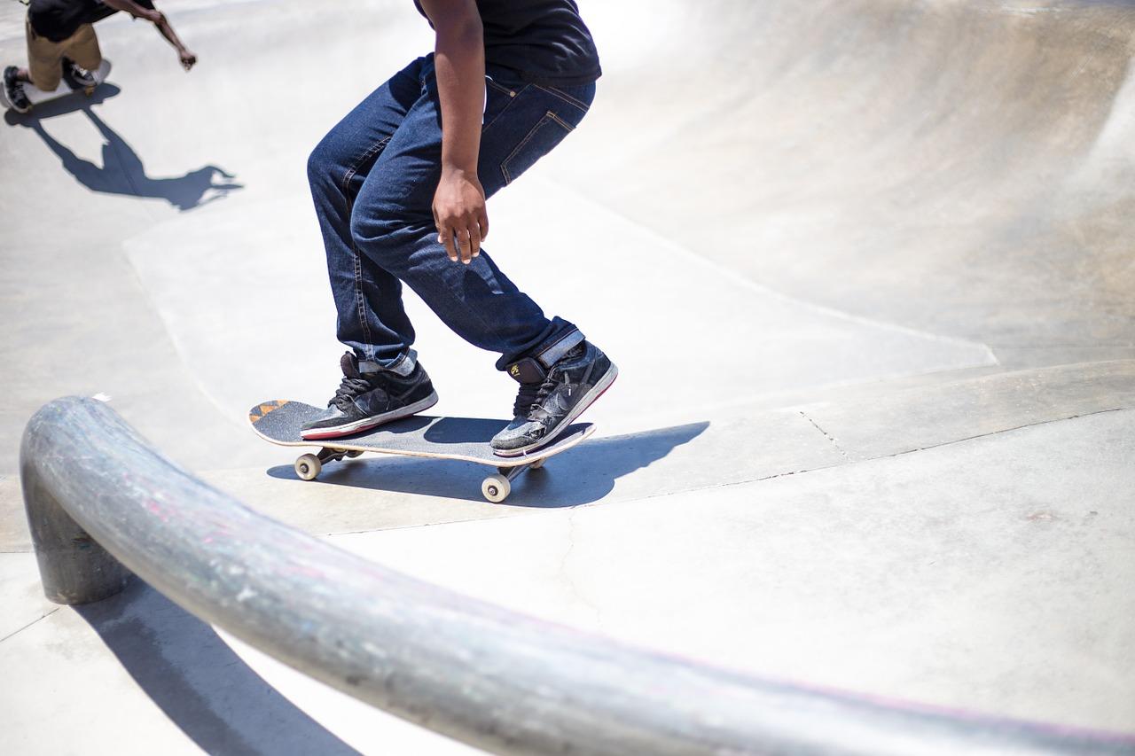 Si schianta con lo skateboard contro un'auto, ferito gravemente un 37enne