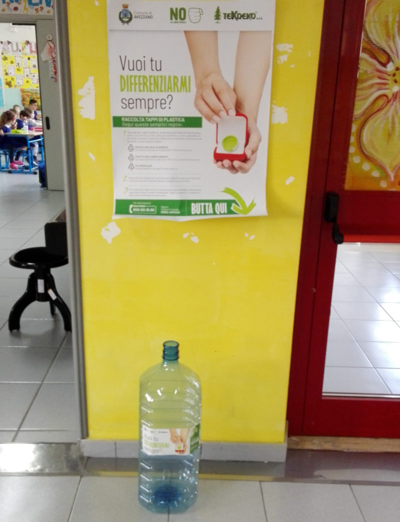 Tekneko lancia la raccolta di tappi nelle scuole e negli uffici di Avezzano per sensibilizzare i grandi e piccoli a riciclare la plastica