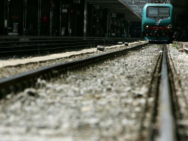 Passaggi a livello rotti e treni in ritardo. Continuano i disagi per i pendolari