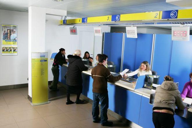 Avezzano, nell'ufficio postale di viale America il turno allo sportello si prenota con l'App